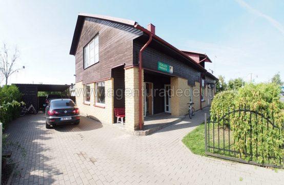 Parduodamas gyvenamasis namas su komercinės paskirties patalpomis